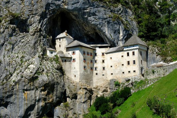 Die Felsenburg Predjama ist in die dahinter liegende Karsthöhle eingebaut.